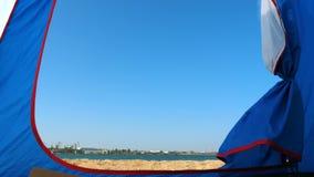 Вход к шатру который стоит на песочном seashore видеоматериал