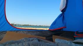 Вход к шатру который стоит на песочном seashore акции видеоматериалы