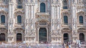 Вход к timelapse собора Duomo Вид спереди при люди идя на квадрат сток-видео