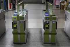 Вход метро и машина ворот выхода, Сеул, Корея стоковые изображения
