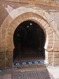 Вход на узкие улицы Essaouira городские, Марокко ресторана Стоковое фото RF