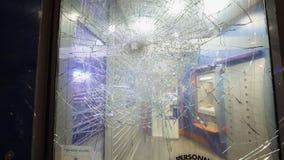 Вход отделения банка с разрушенный разрушил пуленепробиваемое стекло сток-видео