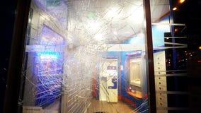 Вход отделения банка с разрушенный разрушил пуленепробиваемое стекло видеоматериал