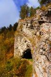 Вход пещеры под отвесную скалу стоковые фотографии rf