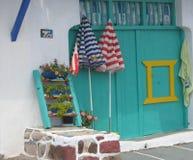 Вход покрашенного гаража для шлюпок в доке рыболовов к Milos в Греции Стоковое фото RF