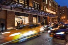 Вход рынка Челси на 10th бульвар на сумраке с движением и светом автомобиля отстает Челси, Манхаттан, Нью-Йорк, США Стоковые Фото