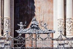 Вход старого собора в Катании, Сицилии, Италии с украшенными великолепными чугунными воротами, выкованном конце-вверх элементов стоковые изображения rf