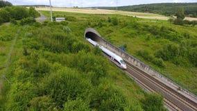 Вход тоннеля и железнодорожный путь - вид с воздуха, отснятый видеоматериал трутня видеоматериал