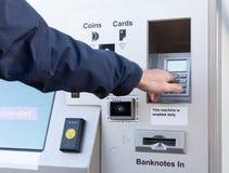 Вход штыр-кода в автомат для того чтобы купить билет стоковое фото