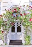 Вход здания с красными розами Стоковая Фотография RF