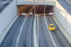 2 вход и вылазки автомобилей тоннель шоссе в утре Стоковое Фото