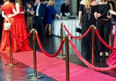 Вход красного ковра с опорами и веревочками Стоковое Фото