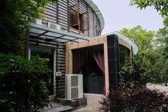 Вход круглого здания в зелёном солнечном лете Стоковая Фотография