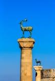 Вход к гавани Mandraki с 2 оленями в старом городке острова Родоса, Греции Стоковое Изображение