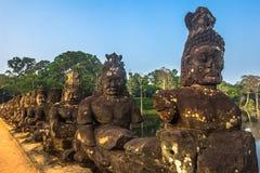 Вход к городу Angkor Wat, Камбоджи стоковые фотографии rf