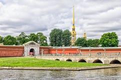Вход к крепости Питера и Пола от моста Ioannovsky Стоковое Изображение