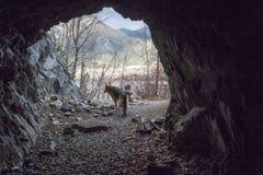 Вход к сводам скалистой горы и архивы выдалбливают стоковая фотография rf