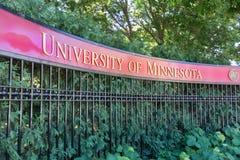 Вход к университету миннесоты, inMinneapolis Минесота стоковые изображения rf