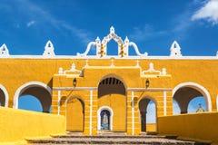 Вход монастыря Izamal стоковое изображение rf