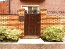 Входная дверь в дворе Стоковое Изображение