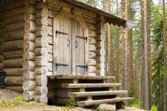 Входная дверь и крылечко дома журнала в лесе Стоковое Изображение RF
