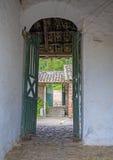 Входная дверь старое крупное поместье Стоковое фото RF