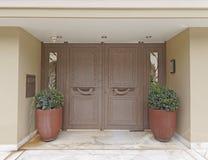 Вход дома с двойными цветочными горшками Стоковые Изображения
