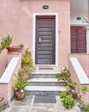 Вход дома с цветочными горшками Стоковые Фотографии RF