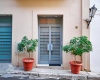 Вход с цветочными горшками, Афины Греция дома Стоковая Фотография RF