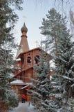 Вход церков среди сосен Стоковые Изображения