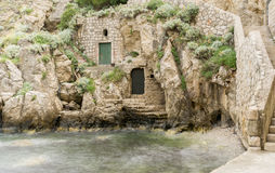 Входы в утесах на заливе Kolorina, Дубровнике стоковые фотографии rf
