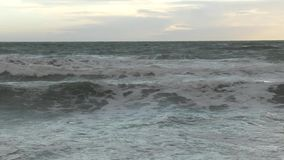 Входящий прилив на побережье Welsh около Barmouth сток-видео