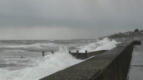 Входящий прилив на побережье Welsh видеоматериал