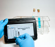 Входя в данные по электронной таблицы в лаборатории Стоковое Фото
