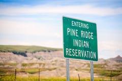 Входя в индейская резервация Риджа сосны, Южная Дакота, США стоковая фотография