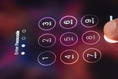 Входя в код доступа на smartphone Стоковые Изображения