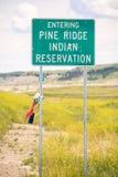 Входя в дорожный знак индейской резервации Риджа сосны стоковое фото rf