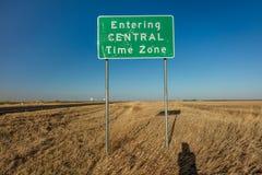 Входя в центральный часовой пояс - Roadsign Стоковое фото RF