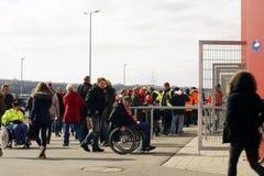 Вход для человеков в инвалидной коляске к футбольному матчу Стоковое Изображение RF