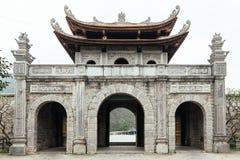 Въездные ворота китайского стиля около Trang комплекс ландшафта в лете в Ninh Binh, Вьетнаме Стоковое Изображение RF