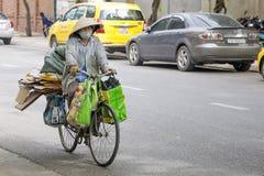 Въетнамская женщина в традиционных конических шляпе и маске Стоковая Фотография RF