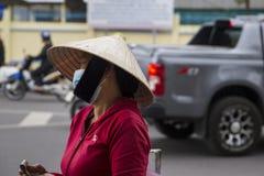Въетнамская женщина в традиционных конических шляпе и маске Стоковые Фотографии RF
