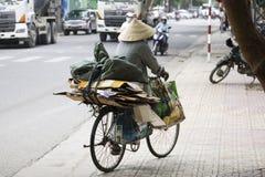 Въетнамская женщина в традиционных конических шляпе и маске Стоковое фото RF