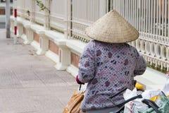 Въетнамская женщина в традиционных конических шляпе и маске Стоковое Изображение
