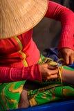 Въетнамская женщина делая бамбуковый браслет руки стоковые изображения rf