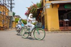 Въетнамская женщина с велосипедом Стоковые Изображения