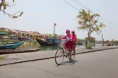 Въетнамская женщина с велосипедом Стоковое Фото