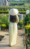 Въетнамская женщина с традиционным платьем стоковая фотография