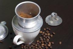 Въетнамская кофеварка оборудована на чашке Земной кофе полит в его Близрасположенная ложь остальнои винодела Стоковая Фотография