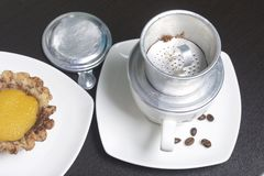 Въетнамская кофеварка оборудована на чашке Земной кофе полит в его Близрасположенная ложь остальнои винодела Торт Стоковое фото RF